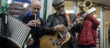 Гребенщиков спел для прохожих в киевском метро