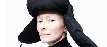 Тильда Суинтон примерила шапку-ушанку и виниловый плащ для модного журнала