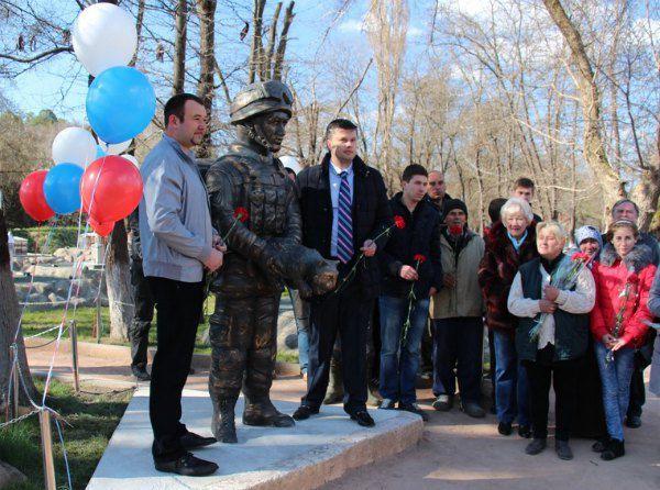 """Памятник """"вежливым людям"""" в Бахчисарае"""