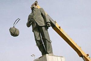 На торги выставили бронзовую ягодицу Саддама Хусейна