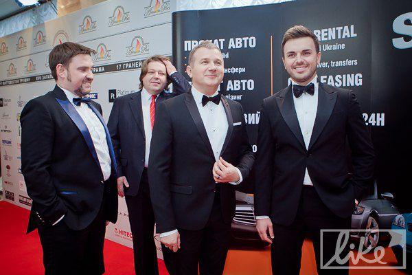 Телеведущий Юрий Горбунов (по центру)