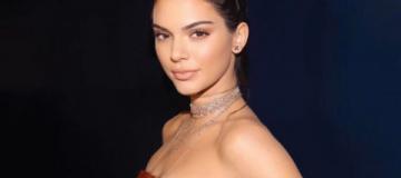Самая богатая модель планеты снялась для Vogue лишь в перчатках и босоножках
