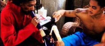Сын Снуп Догга показал, как они с отцом курят марихуану