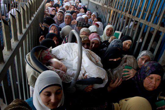 Палестина. Ребенок спит на пути в мечеть