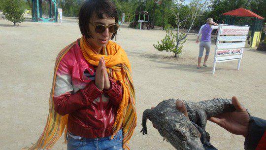 Крокодила певице удалось подержать в руках
