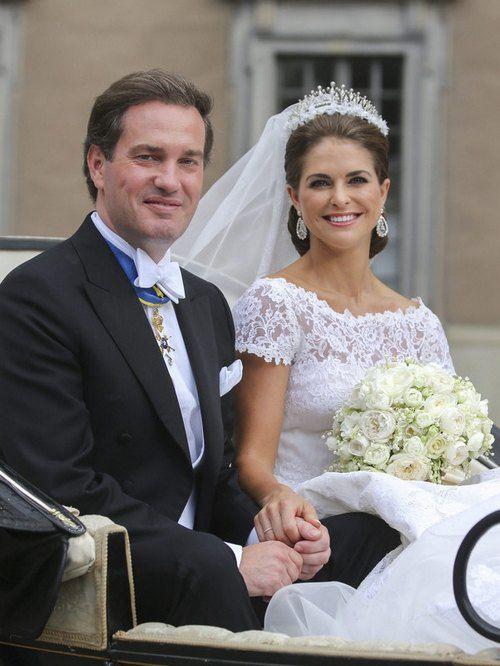 На свадьбу принцесса Мадлен надела белое платье с фатой от модельера Валентино Гаравани