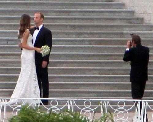 Под платьем невесты угадывался животик