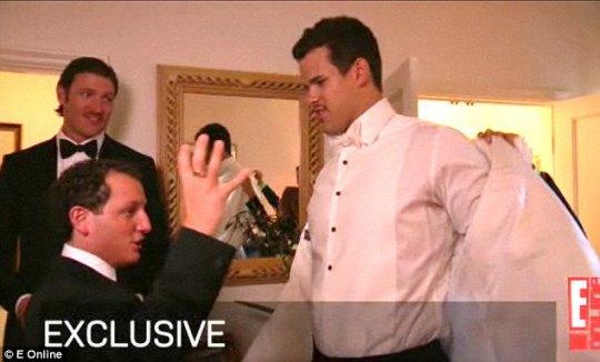 Пока над лицом Ким колдовали визажисты, внешним видом Криса занимались друзья жениха