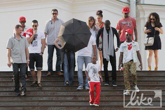 Мадонна с семьей и командой на лестнице Андреевской церкви в Киеве