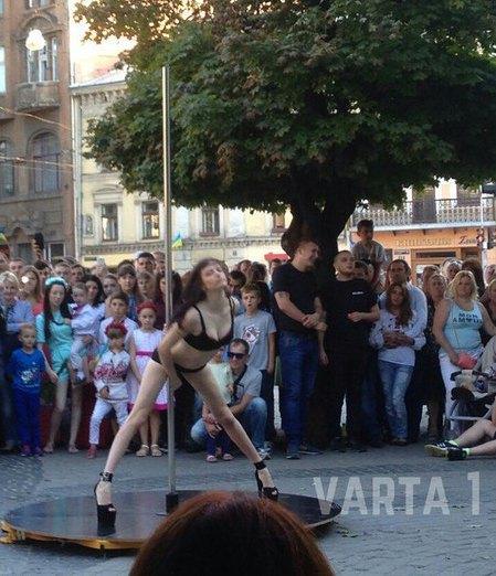 Танец в центре Львова