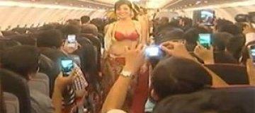 Авиакомпанию оштрафовали за шоу в бикини во время полета