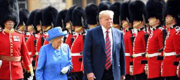 Трамп в Лондоне смутил королеву Елизавету