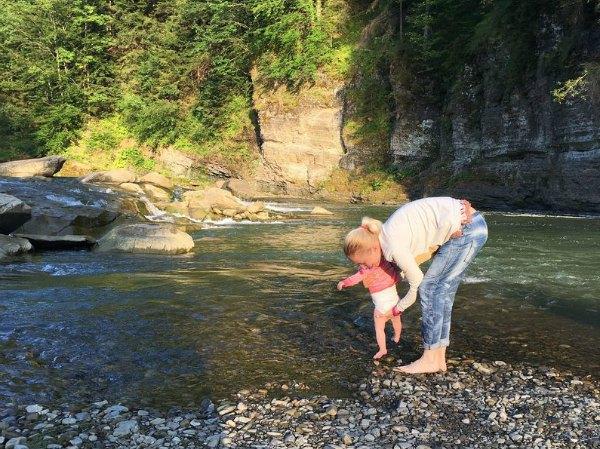 Тоня Матвиенко уже приучает дочку с горным рекам