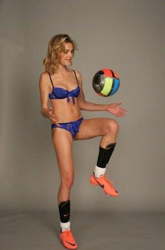Наталья Водянова сыграла в футбол в сексуальном белье