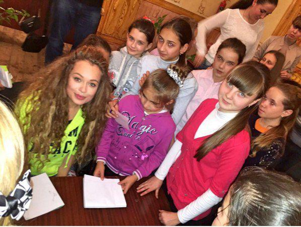 В родном городе Яна встретилась с главными ее фанатами - детьми