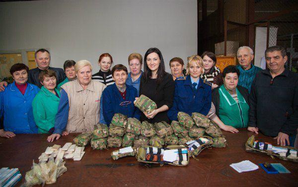Соломія Вітвіцька, Дана Ярова і працівники Міноборони збирають аптечки для АТО