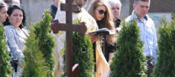 Тина Кароль на кладбище почтила память мужа