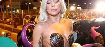 Леди Гага вышла в люди в костюме русалки