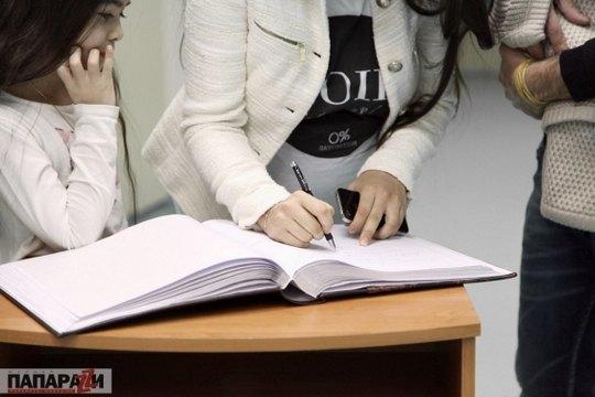 В памятной книге клиники Лида оставила запись о том, что у них с Валидом 23 марта родился сын