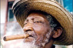 Кубинец изготовил сигару длиной более 80 метров