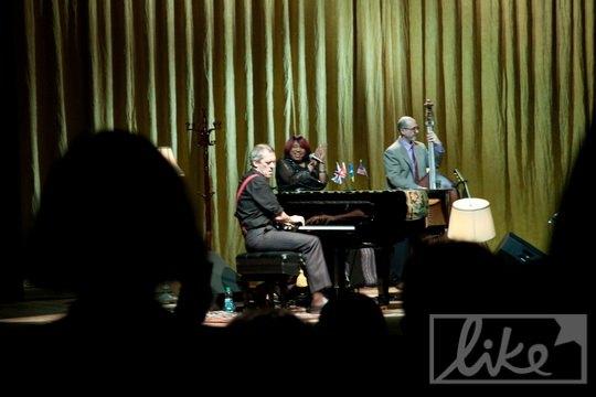 Хью Лори играл на фортепиано