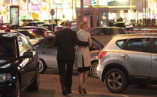 На выходе из кинотеатра режиссер уже совсем не по-братски приобнял Юлию за талию