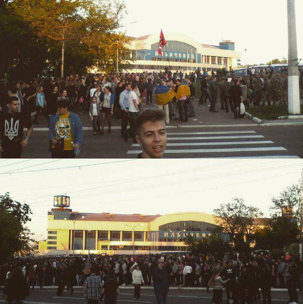 Желающие попасть на концерт стояли под комплексом с утра