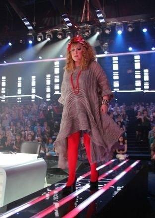 Алла Борисовна щеголяла в красных колготках
