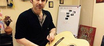 Святослав Вакарчук пожертвовал гитару на благотворительность