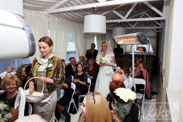 Перед проходом невесты сыпали лепестки белых роз