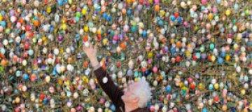 Пенсионер украсил дерево десятью тысячами пасхальных яиц
