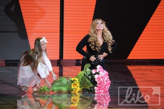 Пока певица пела, поклонники несли цветы