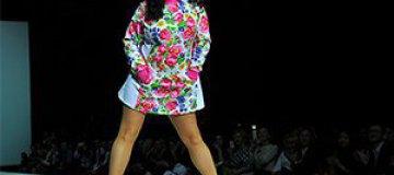 50-летняя Лолита вышла на подиум в мини-платье