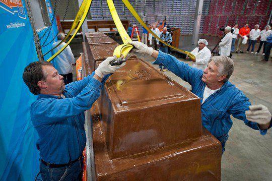 Взвешивание самой большой шоколадки в мире