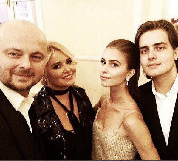 Руслан Евдокименко, его жена Светлана и их дети София и Анатолий на балу в Москве
