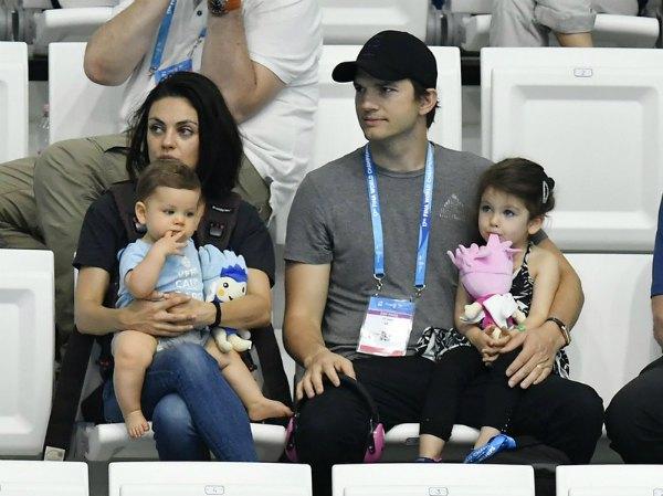 Мила Кунис и Эштон Катчер с дочкой и сыном на чемпионате мира по плаванию в Будапеште летом этого года