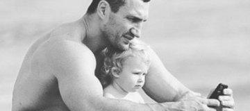 Владимир Кличко с двухлетней дочкой побывал на пляже в Майами