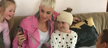 Кэти Перри навестила 8-летнюю поклонницу, которая пропустила концерт из-за операции