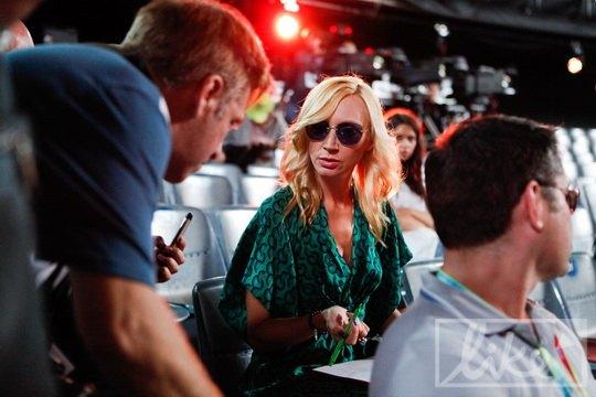 Кристина Орбакайте на репетиции пряталась от фотографов под солнцезащитными очками