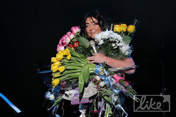 Лолиту на киевском концерте завалили цветами