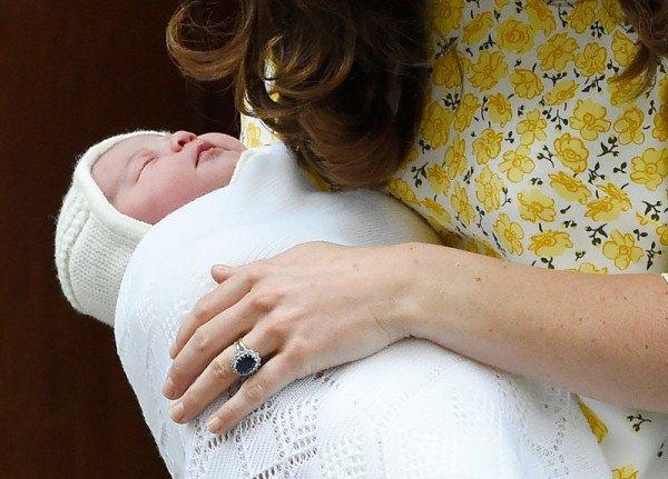Кейт Миддлтон с новорожденной принцессой