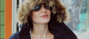 Анджелина Джоли в горах катается на лыжах с детьми