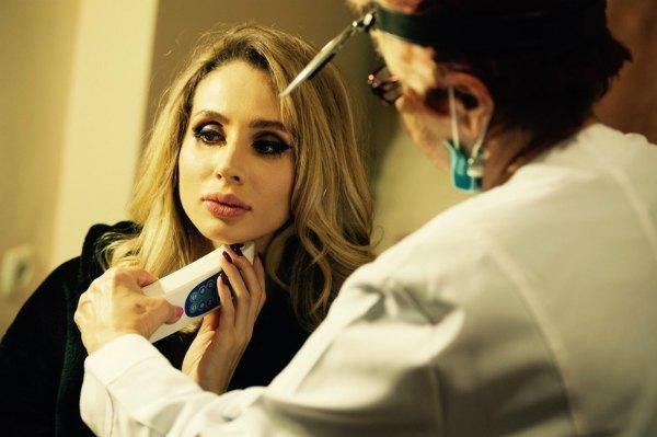 Между концертами врач заливала Лободе лекарство на связки