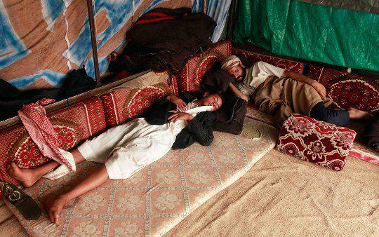Йемен. Участники манифестация отдыхают под тентом