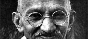 Очки и молитвенник Ганди выставили на аукцион