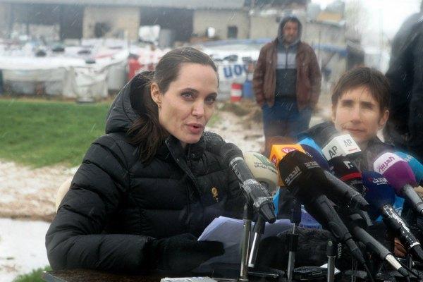 Актриса и посол ООН Анджелина Джоли общается с прессой прямо в поле