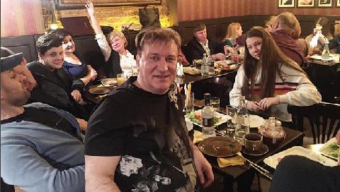 У Пенкина, уснувшего на скамейке в Москве, украли крестик с иконой и iPhone X