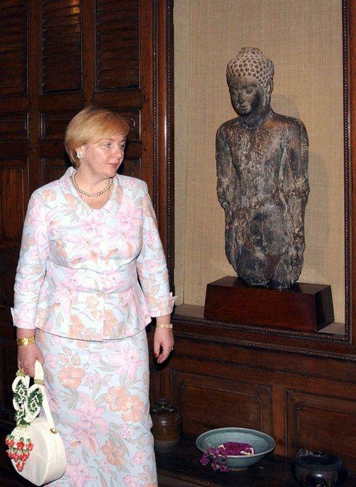 Людмила Путина в музее Бангкока в 2003 году