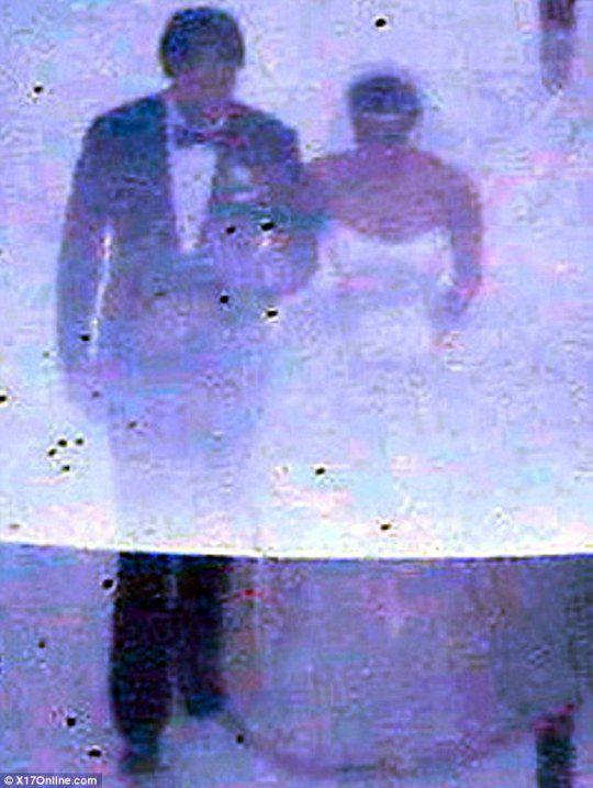 Папарацци запечатлели невесту, идущую к алтарю под руку с отчимом