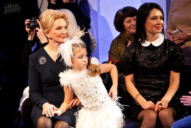 Раиса Богатырева с внучкой и Людмила Харив